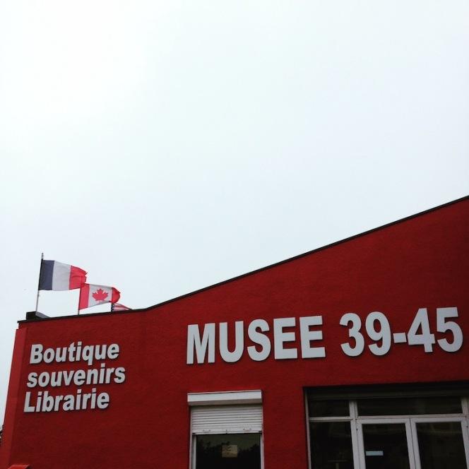 Musée 39-45 d'Ambleuteuse - Vitrine restriction textile femme 1940 1